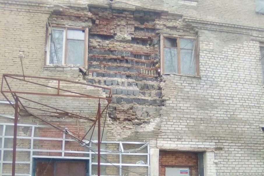 Причиной разрушения стал подмыв стены второго этажа