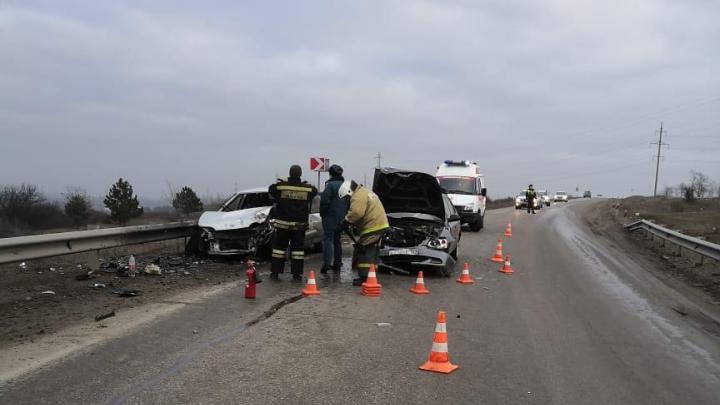 На трассе в Ростовской области одна легковушка влетела в другую. Пострадал мужчина