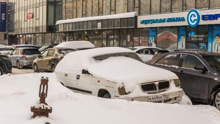 Поматросил и бросил: смотрим на новые кладбища автомобилей прямо на улицах Новосибирска