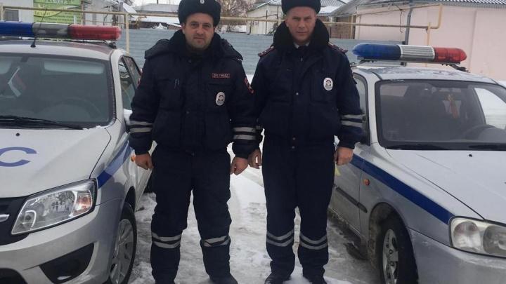 Ростовские гаишники спасли из снежной ловушки на трассе семью с двумя детьми