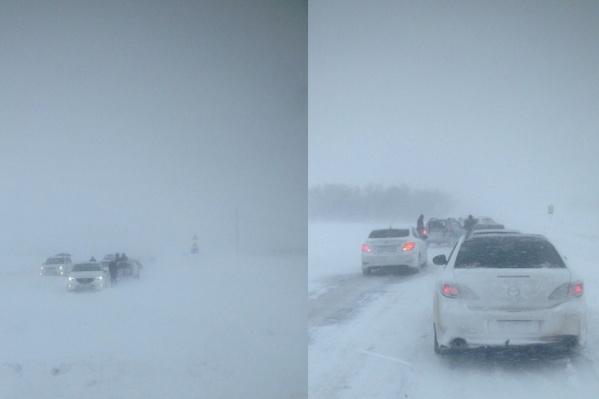 Два десятка машин застряли в снегу из-за сильной метели