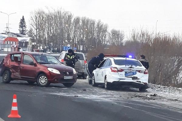 Автомобили от удара получили довольно серьезные повреждения. Участники ДТП не пострадали