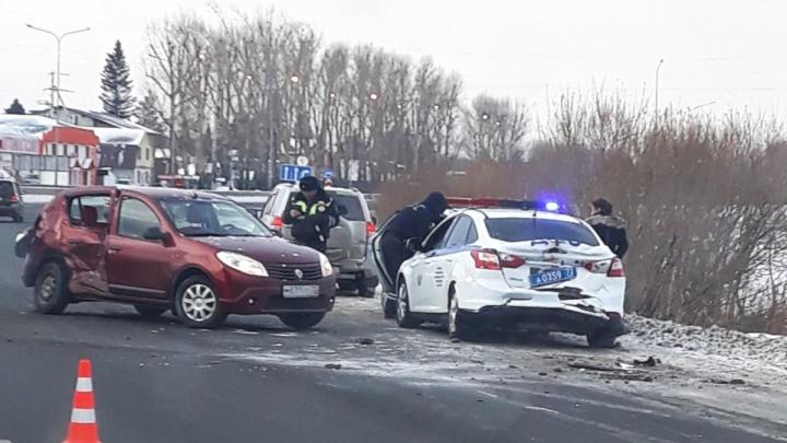 Тюменка наRenault протаранила две патрульные машины на Салаирском тракте