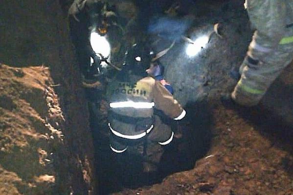 9 ноября троих рабочих завалило землей в траншее, один из них погиб