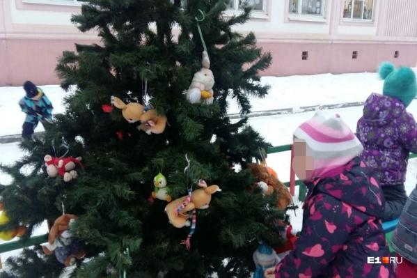 Украшенную елку оставили на улице, не подозревая, что ее унесут под покровом ночи