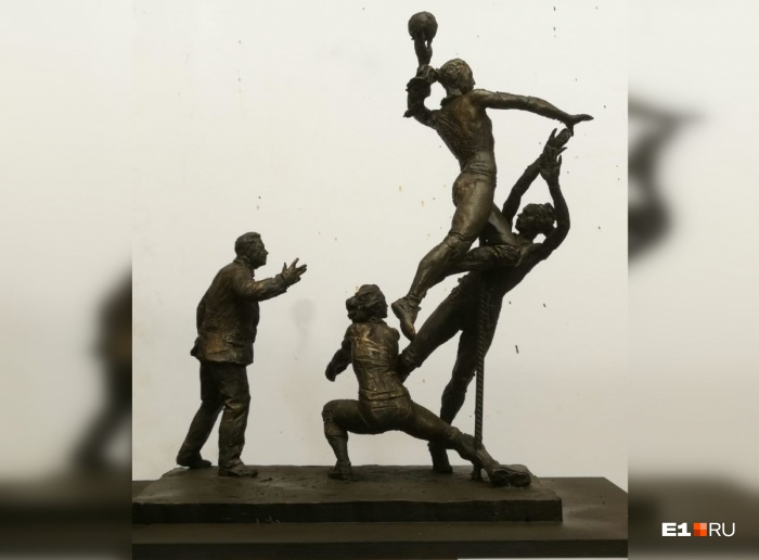 Скульптура выполнена из бронзы, фигуры будут стоять на каменном постаменте
