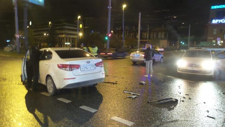«Volkswagen ехал на красный»: в центре Екатеринбурга одна иномарка протаранила другую