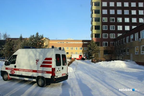 У больницы дежурили бригады скорой помощи и реанимобили
