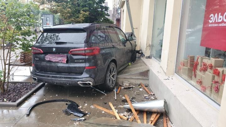 Дерзкий водитель на BMW протаранил «Хонду» и влетел в дом в центре Красноярска
