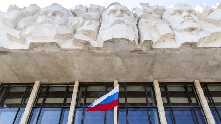 В центре Волгограда под жилой дом отдали парковку областного суда
