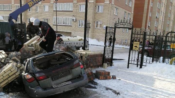 Рухнувший кирпичный забор раздавил Subaru у «Сибирского Молла». Водитель выскочил из салона в последние секунды
