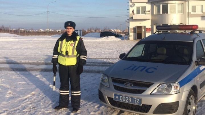Достали из кювета и отогрели: тюменский автоинспектор помог попавшему в аварию водителю