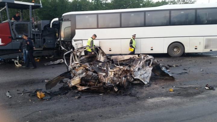 «Выскакивали через окна»: пассажир автобуса, врезавшегося в асфальтоукладчик, рассказал о ДТП