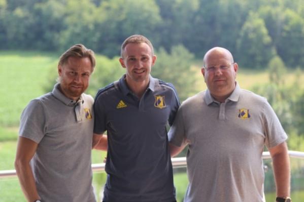 Главный тренер ростовской команды Валерий Карпин (слева) и президент клуба Арташес Арутюнянц (справа) поприветствовали нового игрока