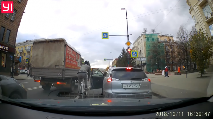 «Виноваты оба»: в ГИБДД разобрали нелепое столкновение велосипедиста с открытой дверью авто