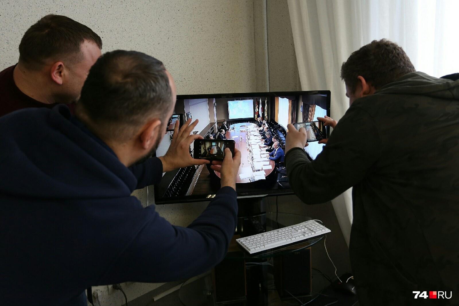 Журналисты бросились снимать экран