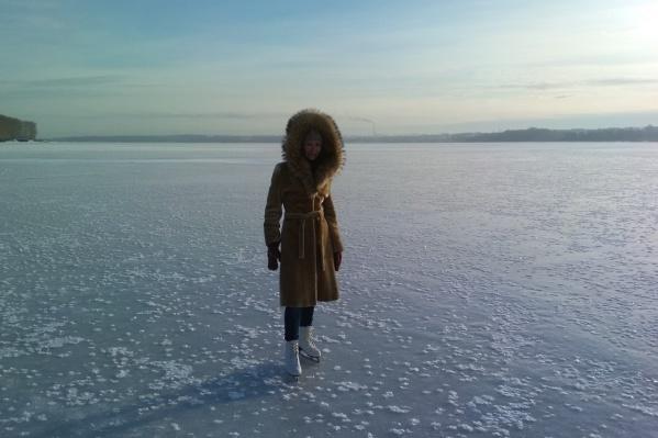 Перед катанием новосибирцы проверили толщину льда