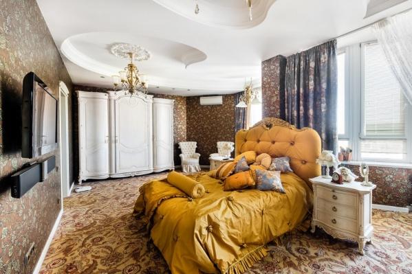 Квартира с такой роскошной спальней находится в доме напротив «Гринвича»