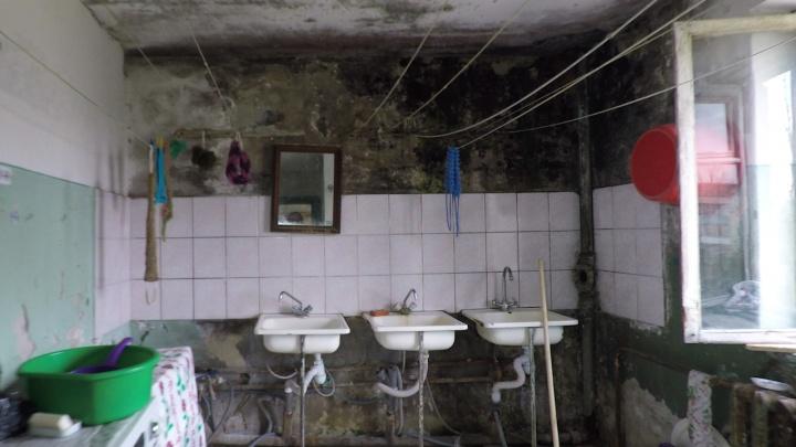 «Мы в туалет под зонтиком ходим»: волгоградцы пытаются выжить в насквозь прогнившем общежитии