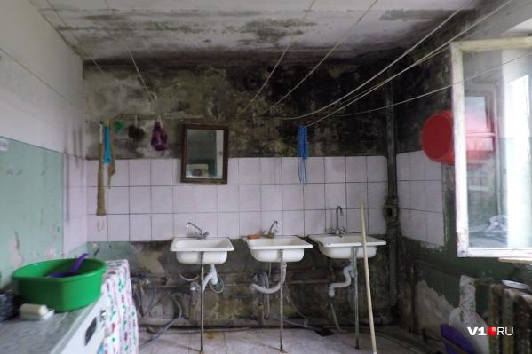 Так выглядит общая ванная комната в общежитии