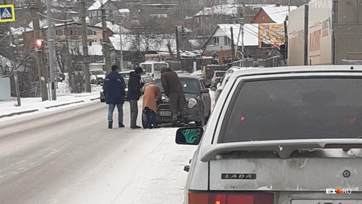 На Урале ожидается мокрый снег и гололед: ГИБДД попросила водителей-новичков не садиться за руль