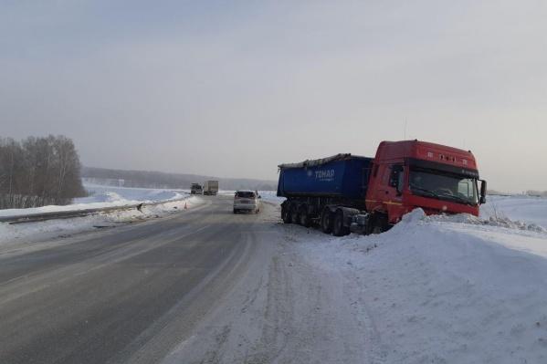 Грузовик и «Тойота» сошлись в ДТП на Ленинск-Кузнецкой трассе