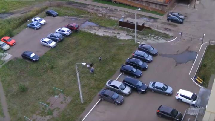 Камеры сняли, как житель Стерлитамака «сыграл в боулинг» чужими машинами
