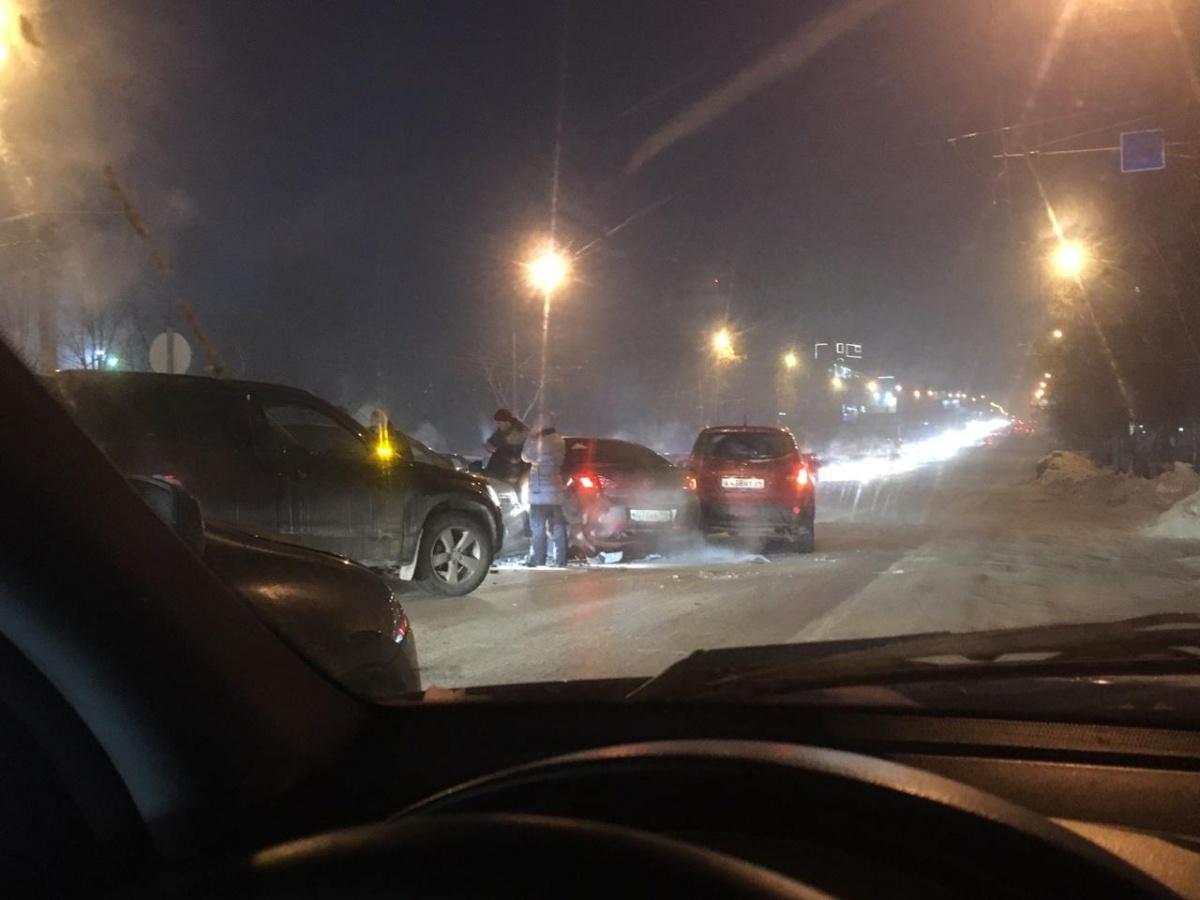 Водители могут объехать место аварии только по одной полосе