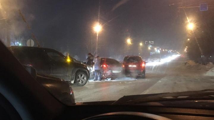 Новосибирцы встали в глухую пробку на Нарымской из-за массовой аварии
