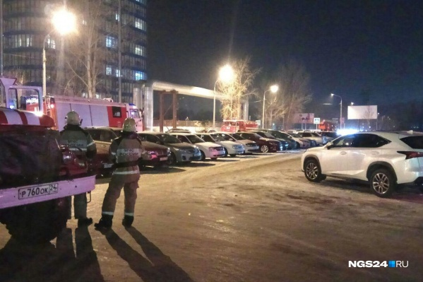 Во дворе дома стояли целых 4 автомобиля пожарных