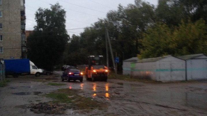 Жильца многоэтажки в Советском округе возмутил ремонт двора под дождём