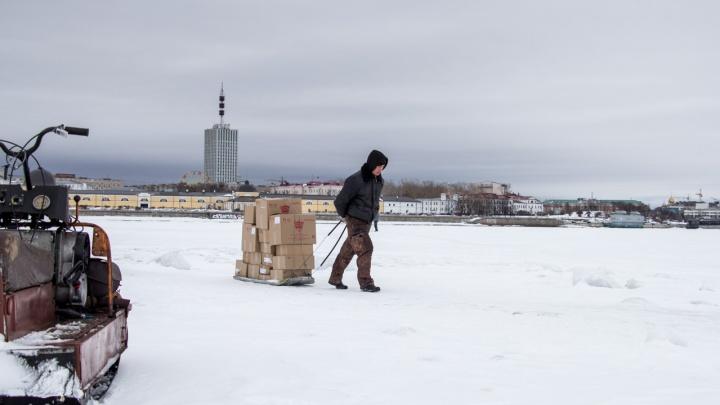 «Воды по колено»: из-за подтопления изменился маршрут движения по ледовой переправе на Кегостров