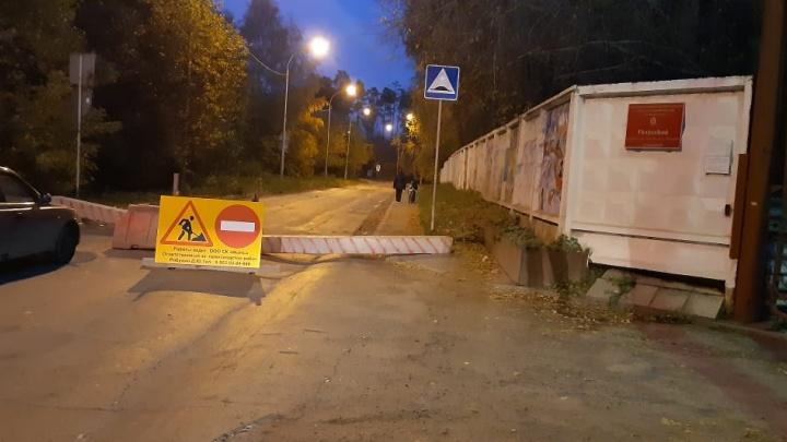 На Уктусе собралась пробка из-за перекрытой дороги