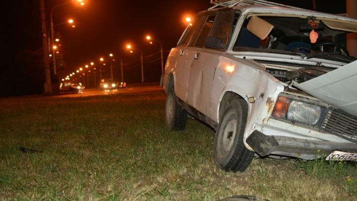 На Предмостной пьяный водитель «Жигулей» вылетел с моста на газон