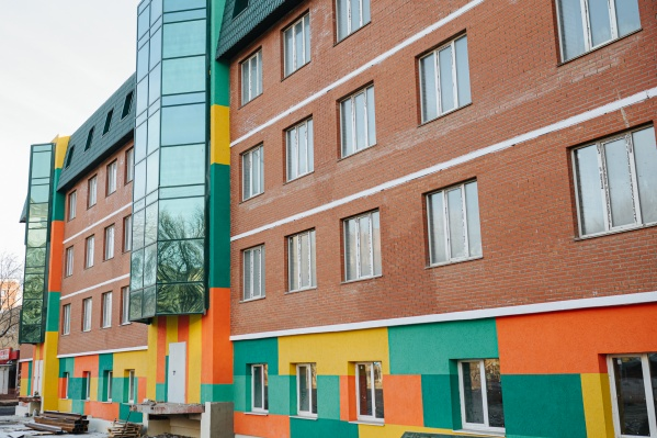 Пятиэтажный дом будто собран из деталей разноцветного конструктора