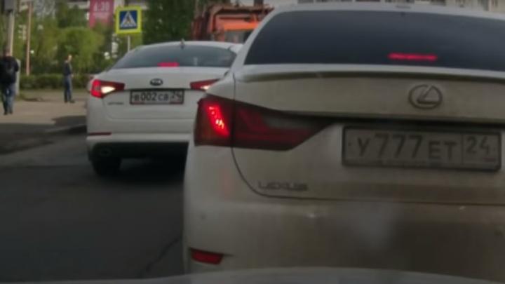 КАМАЗ заставил сдать назад наглого водителя иномарки, едущего по встречке на Пушкина