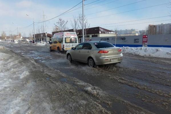 Машины попали в глубокую лужу на Кочубея