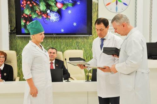 В онкоцентре наградили лучшего врача и медсестру