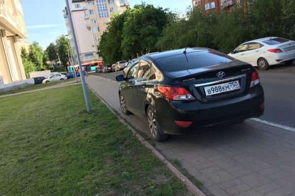 Машина встала на узком тротуаре