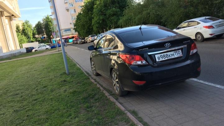 «Хозяевам жизни закон не писан»: ярославцев возмутил запарковавшийся на тротуаре автохам