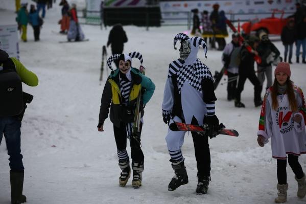Новосибирские лыжники и сноубордисты нарядились в необычные и яркие карнавальные костюмы ради спуска с горы