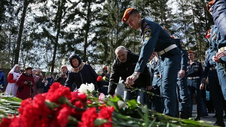 Две тысячи екатеринбуржцев возложили венки к Вечному огню на Широкореченском мемориале