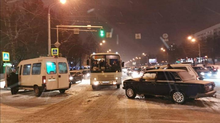 В Уфе в аварию попала маршрутка и ВАЗ-2107