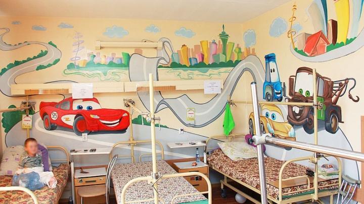 Стены лечат: в Центре Илизарова по запросу маленьких пациентов расписали коридор и перевязочную