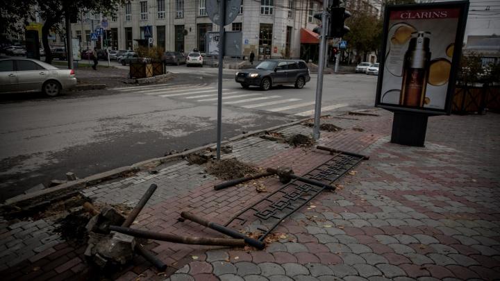 На перекрёстке Ленина и Советской начали менять забор