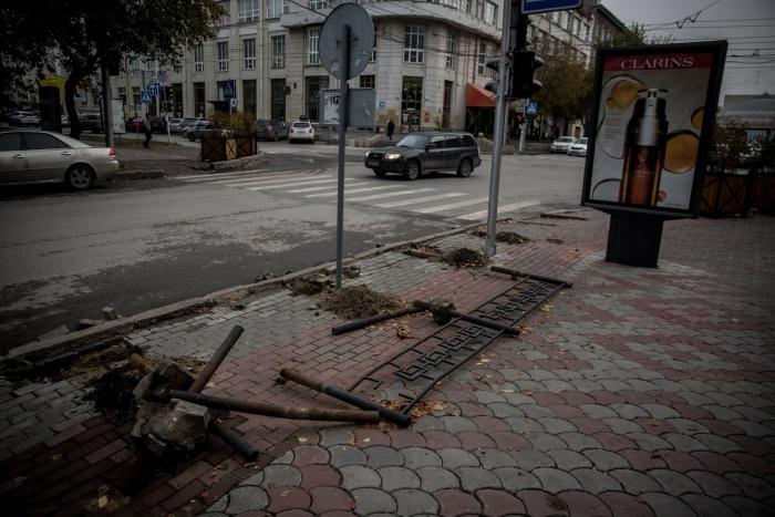 Старые заборы утром лежали на асфальте