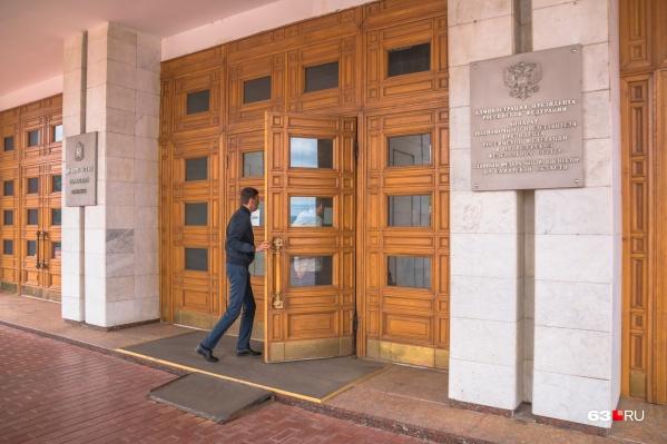 Чиновникам разрешили хранить деньги только в российских банках