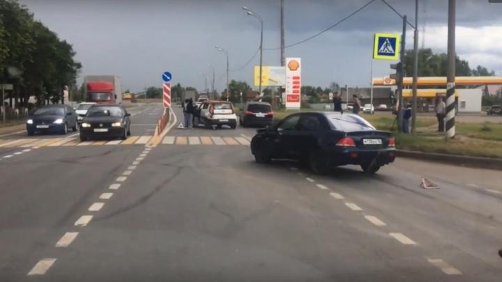 Две легковушки в Ярославской области перекрыли трассу М-8