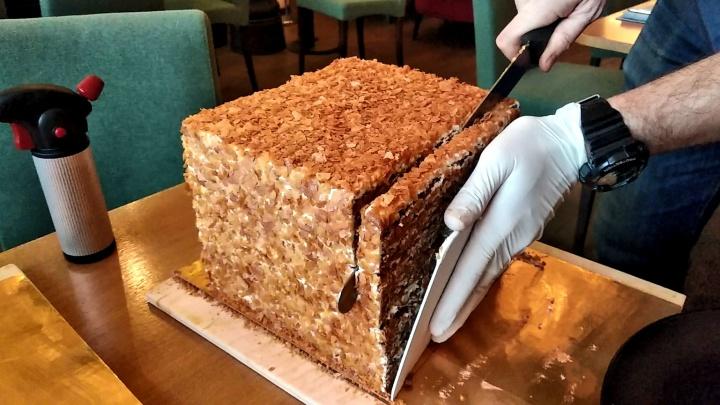 В новосибирском ресторане начали подавать гигантские торты: их режут ножом, нагретым на газовой горелке