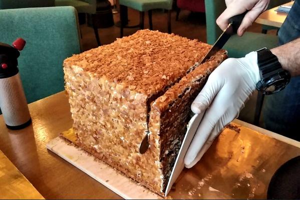 Появление официанта или повара с огромным тортом привлекает внимание, считаетАлександр Чурилов